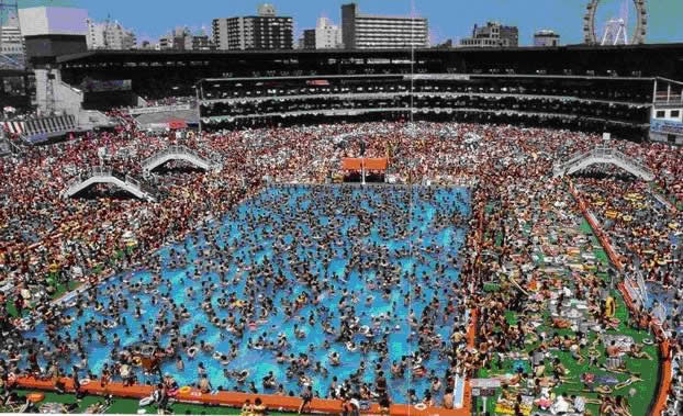 Overpopulated swimmingpool